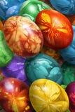 Groupe d'oeufs de pâques peints à la main colorés décorés des empreintes de feuilles de mauvaise herbe Image libre de droits