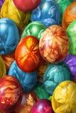 Groupe d'oeufs de pâques peints à la main colorés décorés des empreintes de feuilles de mauvaise herbe Photo stock