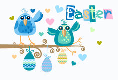 Groupe d'oiseaux se reposant des vacances de Hang Decorated Eggs Happy Easter de branche Photographie stock libre de droits