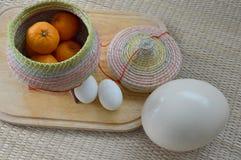 Groupe d'oranges dans le récipient en bambou avec l'oeuf et l'autruche e de canard Photographie stock