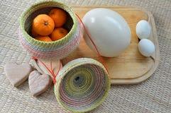 Groupe d'oranges dans le récipient en bambou avec l'oeuf et l'autruche e de canard Photographie stock libre de droits