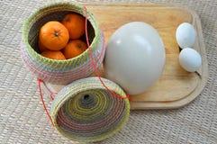 Groupe d'oranges dans le récipient en bambou avec l'oeuf et l'autruche e de canard Photos stock