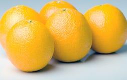Groupe d'oranges juteuses mûres fraîches d'isolement Photo stock