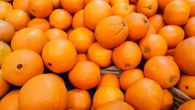 Groupe d'oranges organiques fraîches dans un marché photographie stock libre de droits