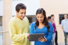 Groupe d'ordinateur de sourire de PC de comprimé d'étudiants Photographie stock