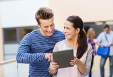 Groupe d'ordinateur de sourire de PC de comprimé d'étudiants Images stock