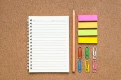 Groupe d'outils colorés de papeterie sur le fond brun Images stock