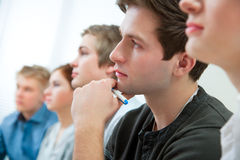 Groupe d'étudiants dans la salle de classe Images stock