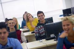 Groupe d'étudiants dans la salle de classe de laboratoire d'ordinateur Photographie stock libre de droits