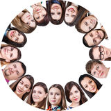 Groupe d'un peuple heureux en cercle Images libres de droits
