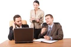 Groupe de 3 gens d'affaires collaborant avec l'ordinateur portatif dans le bureau - 2 horizontaux, d'isolement Image stock