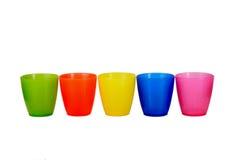 Groupe de 5 cinq cuvettes en plastique colorées Images stock