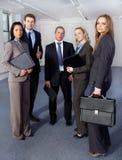Groupe de 5 gens d'affaires, toute la position Photographie stock