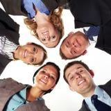 Groupe de 5 hommes d'affaires en cercle, angle faible Photos stock
