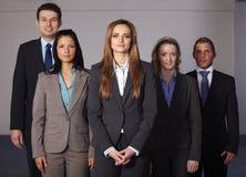 Groupe de 5 jeunes hommes d'affaires confiants Photos stock