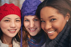 Groupe de amie appréciant prenant des selfies dans la neige en hiver Photo stock