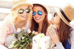 Groupe de amie célébrant l'anniversaire Photo stock