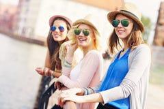 Groupe de amie visitant le pays la ville Photo libre de droits