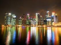 Groupe de bâtiments la nuit à Singapour Photos stock