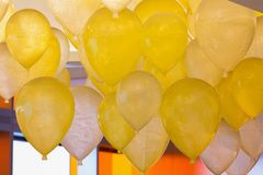 Groupe de ballons blancs et jaunes photographie stock libre de droits