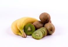 Groupe de bananes et de kiwis sur un fond blanc Images stock