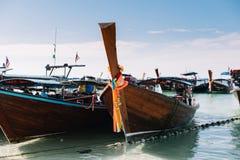 Groupe de bateaux de longue queue amarrant à la plage et à la mer image libre de droits