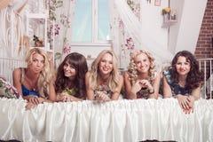 Groupe de belle femme gaie sur le lit Célibataire Photo libre de droits