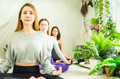 Groupe de belles femmes dans des classes de yoga et de m?ditation pour r?g?n?rer l'esprit et l'esprit, avec le concept de la rela photos stock