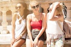 Groupe de belles filles de sourire des vacances d'été Photo libre de droits