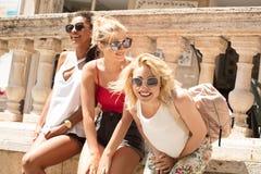 Groupe de belles filles de sourire des vacances d'été Photographie stock