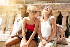 Groupe de belles filles de sourire des vacances d'été Photos libres de droits