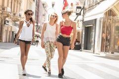 Groupe de belles filles de sourire des vacances d'été Photos stock