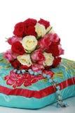 Groupe de belles roses sur un oreiller Photographie stock