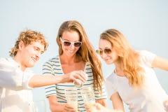 Groupe de bière potable heureuse des jeunes sur Photographie stock