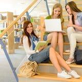 Groupe de bibliothèque d'étude de camarades de classe de lycée Photo libre de droits