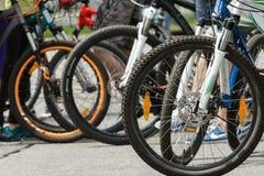 Groupe de bicyclettes dans l'environnement de ville Image stock