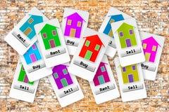 Groupe de billets avec plusieurs options : achetez, vendez ou louez votre maison ; faites votre choix image stock
