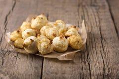 Groupe de biscuits doux de noix de coco sur les biscuits faits maison de noix de coco de vieux de fond de copie de l'espace desse image stock