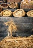 Groupe de blé et de pâtisserie sur le rétro conseil en bois Photographie stock libre de droits