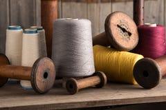 Groupe de bobines de fil et de bobines vides Photographie stock