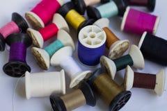 Groupe de bobines du fil de diverses couleurs Images stock