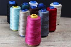 Groupe de bobines du fil de diverses couleurs Images libres de droits