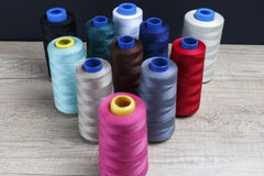 Groupe de bobines du fil de diverses couleurs Image stock