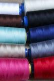 Groupe de bobines du fil de diverses couleurs Image libre de droits