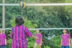 Groupe de bonheur d'amis adolescents jouant le volleyball Photos libres de droits