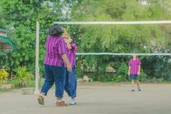 Groupe de bonheur d'amis adolescents jouant le volleyball Image stock