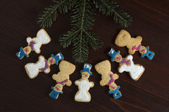 Groupe de bonhomme de neige de pain d'épice sur un fond en bois Photo libre de droits