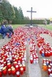 Groupe de bougies devant la croix Photographie stock