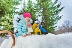 Groupe de boule de neige de jeu de petits enfants dans la forteresse Images stock