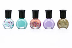 Groupe de bouteille colorée de peinture de clou sur le fond blanc Photos stock